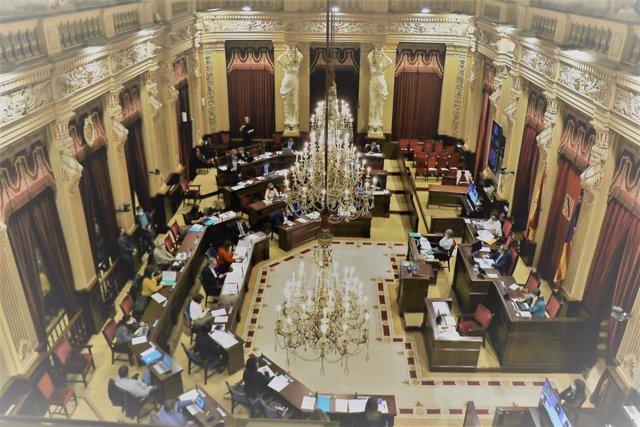 Archivo - Sala de plenos del Parlament balear.