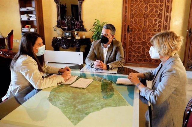 La delegada territorial de Turismo de la Junta en Cádiz, María Jesús Herencia, se ha reunido con el alcalde de Rota, José Javier Ruiz Arana,