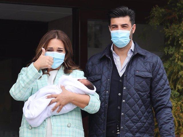 Paula Echevarría y Miguel Torres presentan a su hijo Miguel a las puertas del Hospital Montepríncipe, en Madrid