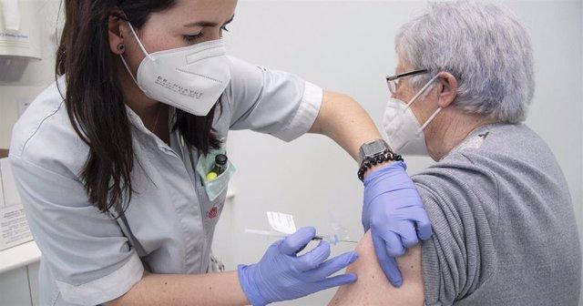 Pacientes de muy alto riesgo de Navarra reciben la vacuna RNA en el Servicio de Oncología del CHN