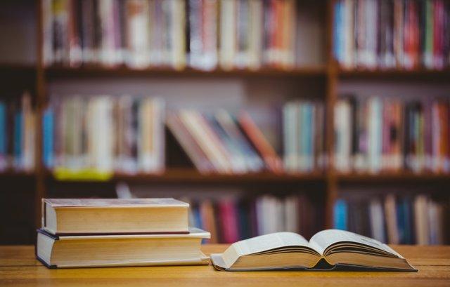 Archivo - Libros en una librería.
