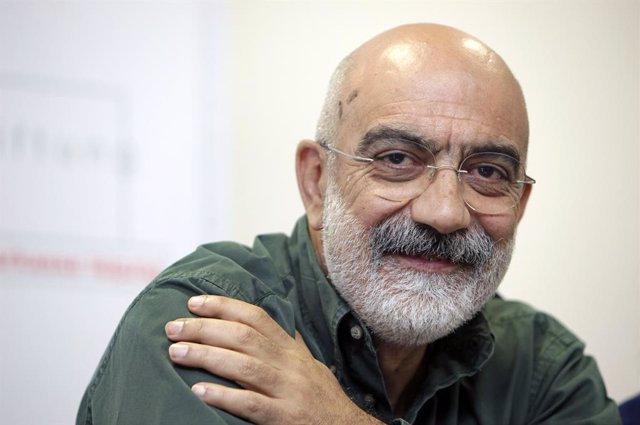 Archivo - FILED - 08 October 2009, Leipzig: The Turkish journalist Ahmet Altan sits in a press conference for the award of the Leipzig Media Prize. Prominent Turkish journalist and author Ahmet Altan was rearrested in Istanbul on Tuesday, eight days after