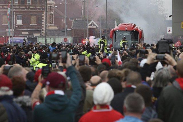 Archivo - Aficionados del Liverpool reciben a su equipo en la llegada a Anfield