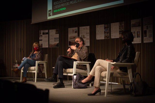 La consellera Àngels Ponsa, el tinent d'alcalde Joan Subirats i la presidenta de la Fundació Macba Ainhoa Grans