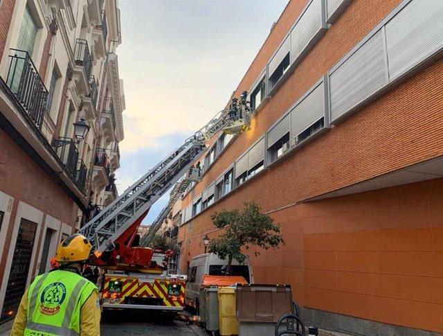 Bomberos del Ayuntamiento de Madrid extinguen un incendio en Puente de Vallecas.