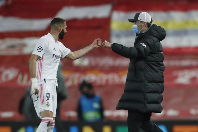 14 April 2021, United Kingdom, Liverpool: Liverpool manager Jurgen Klopp fist bumps Real Madrid's Karim Benzema after the UEFA Champions League quarter-finals, second-leg soccer match between Liverpool and Real Madrid at the Anfield. Photo: Darren Staples
