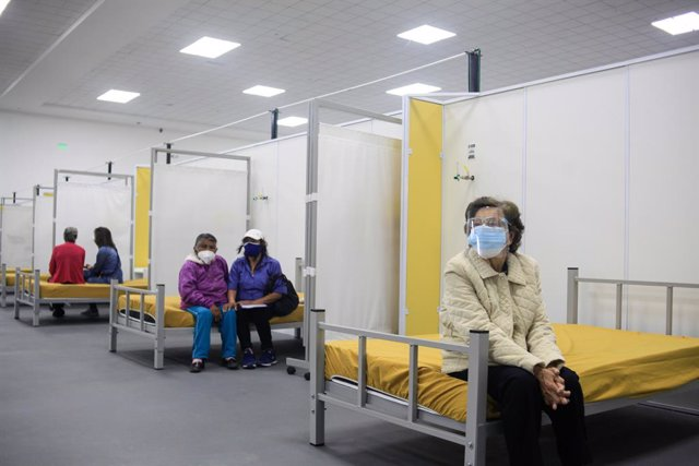 29 March 2021, Ecuador, Quito: People wait after receiving a dose of the Pfizer-BioNTech coronavirus vaccine in the Quito Bicentennial Convention Center. The vaccination program in Ecuador has begun its first phase, which includes first-line personnel and