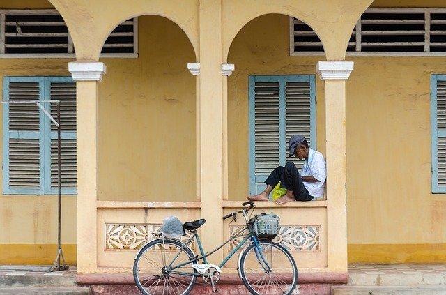 Archivo - Hombre sentado bajo un arco en la calle. Países pobres.