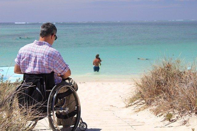 Archivo - Hombre en silla de ruedas.