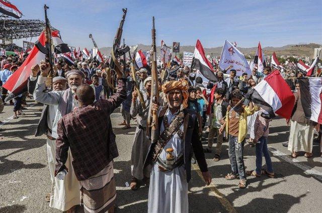 Archivo - Miembros y seguidores de los houthis durante una protesta en Yemen