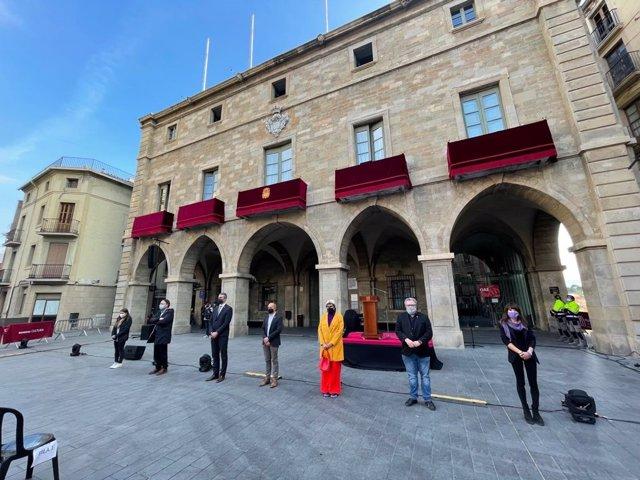 Els grups municipals de l'Ajuntament de Manresa (Barcelona) mostren el seu rebuig al crim masclista.