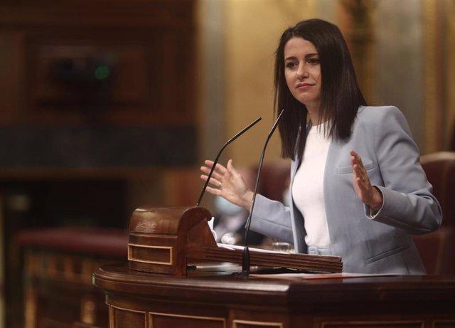 La presidenta de Ciudadanos, Inés Arrimadas, interviene durante una sesión plenaria en el Congreso de los Diputados.