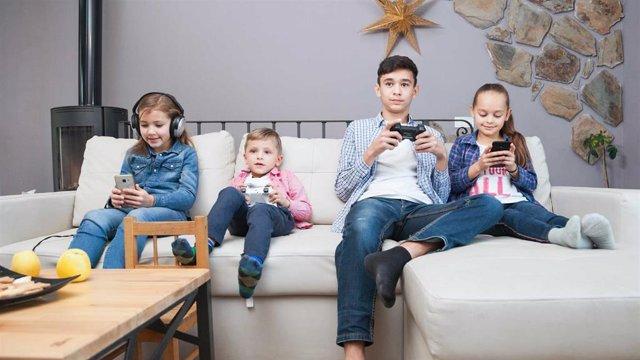 Archivo - Uso incontrolado de pantallas en niños