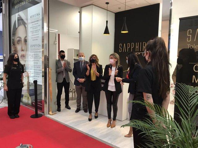 La alcaldesa de Toledo, Milagros Tolón, inaugurando un centro de estética