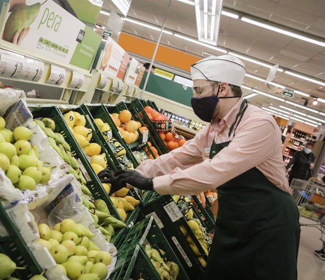 Archivo - Arxiu - Empleat d'un supermercat Consum