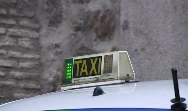 Archivo - Imagen de archivo de la luz de un taxi