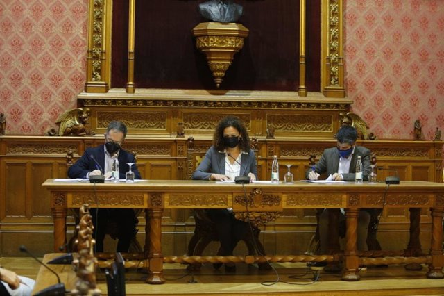 La presidenta del Consell de Mallorca, Catalina Cladera, y el conseller de Movilidad y Vivienda, Josep Marí, firmando el convenio.