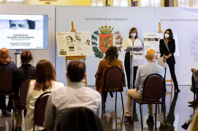 La concejal de Mujer e Igualdad, María Antoñanzas, y la escritora Magdalena Lasala, presentan el  proyecto 'Legados de mujeres aragonesas de los siglos XIX y XX