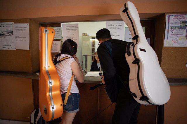 Archivo - Estudiantes de múscia, foto de recurso