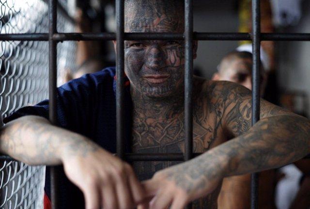 Archivo - Un integrante de una mara salvadoreña en prisión.