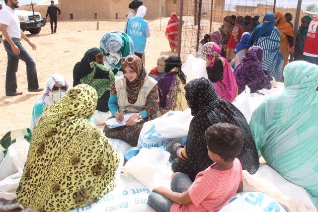 Archivo - Reparto de alimentos del Programa Mundial de Alimentos en los campamentos de Tinduf