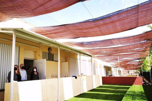 Patios de las aulas en un colegio de Bormujos