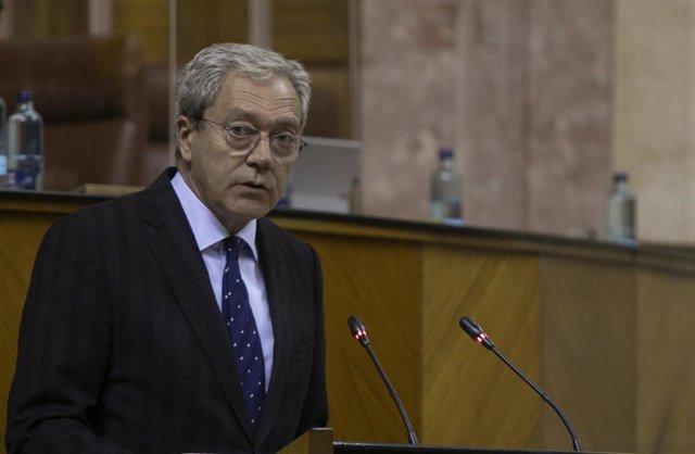 Archivo - El consejero de Transformación Económica, Rogelio Velasco, en el Parlamento