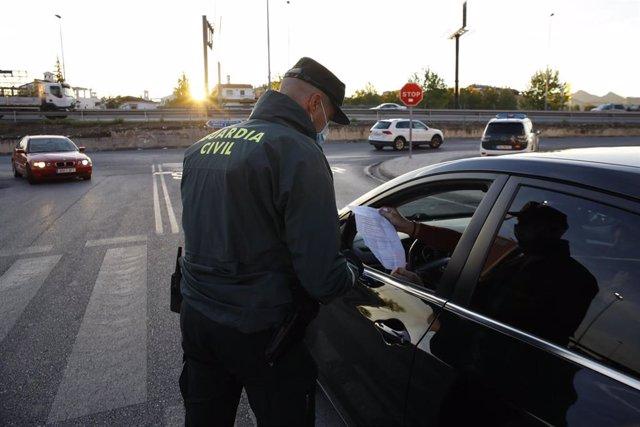 Archivo - La Guardia Civil realiza controles de tráfico en el área metropolitana de Granada, en imagen de archivo