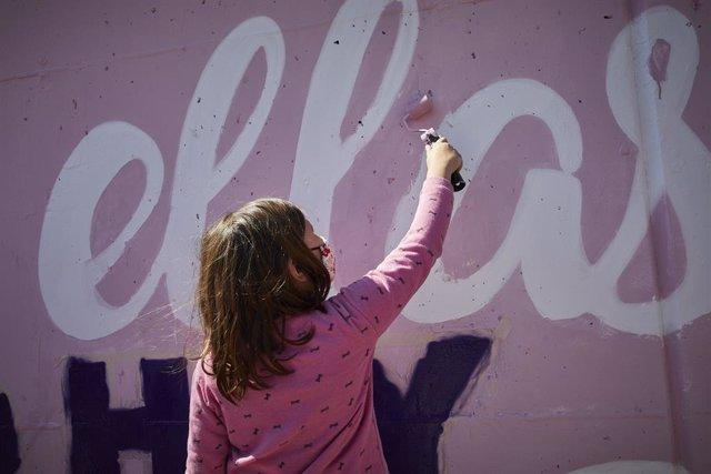 Archivo - Arxiu - Una nena pinta un mural.