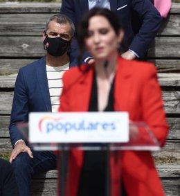El hasta ahora portavoz de Ciudadanos en las Cortes Valencianas y coordinador autonómico del partido en esa comunidad, Toni Cantó, observa a la presidenta de la Comunidad de Madrid, Isabel Díaz Ayuso, durante la presentación de la candidatura del PP de Ma