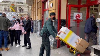 Alimentacion.- La Guardia Civil de Bizkaia entrega a Cáritas 500 kilogramos de alimentos, juguetes y ropa