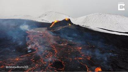 Graban a vista de drone imágenes de los hipnóticos ríos de lava del volcán de Islandia tras su erupción