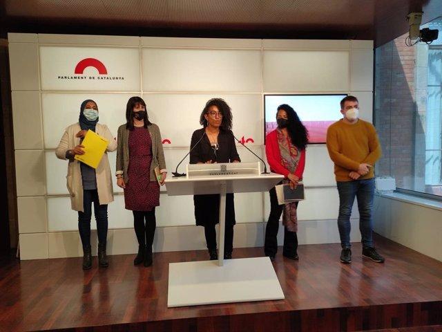 Najat Driouech (ERC), Aurora Madaula (Junts), Basha Changue (CUP), Jessica González (comuns) i Pau Morales (ERC) en la roda de premsa.