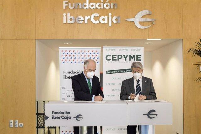 El director general de Fundación Ibercaja, José Luis Rodrigo Escrig; y el presidente de CEPYME Aragón, Aurelio López de Hita, firman el acuerdo destinado a apoyar un servicio de ámbito nacional que ofrece información, herramientas y recursos a jóvenes