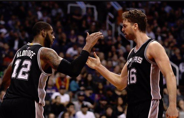 Archivo - Aldridge jugando con Gasol en los Spurs