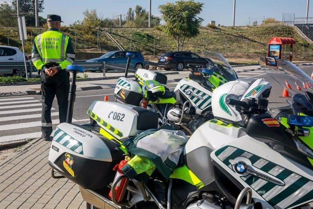 Archivo - Un agente de la  Guardia Civil de Tráfico durante la campaña especial de la DGT de vigilancia y control de furgonetas, en el Km 0,1 de la M-511, en Madrid, a 28 de octubre de 2019.
