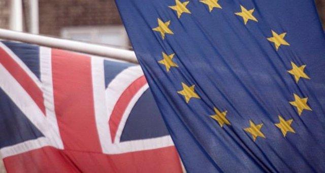 Archivo - Banderas de la UE y Reino Unido.