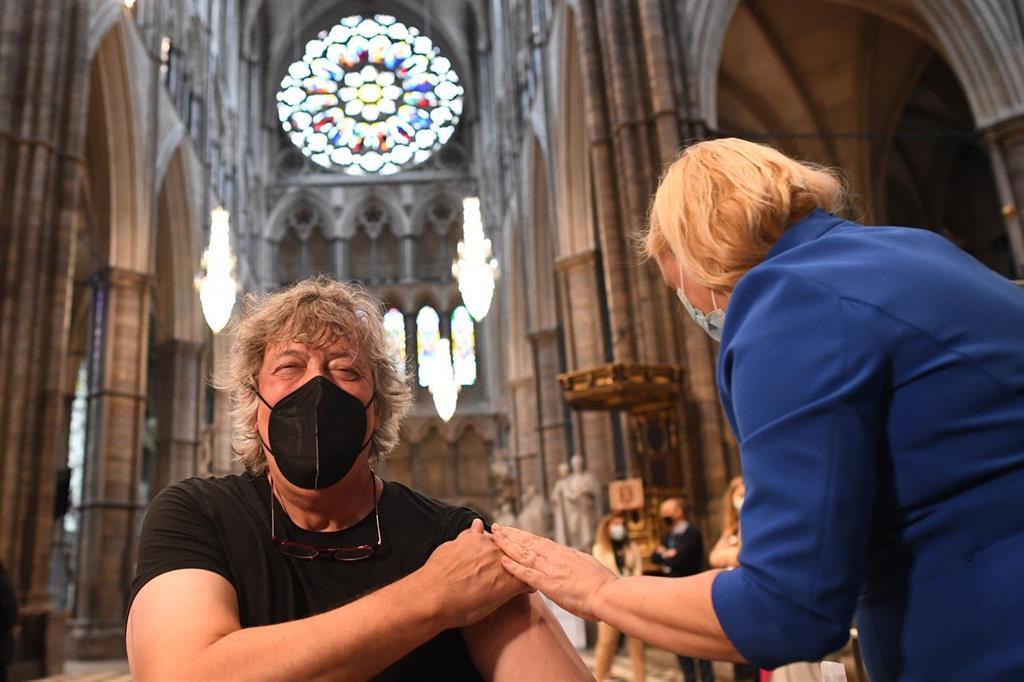Reino Unido mantiene su ritmo de nuevos contagios de COVID-19 alrededor de los 2.500