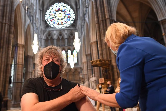 Archivo - 10 March 2021, United Kingdom, London: English actor Stephen Fry receives an injection of the COVID-19 Vaccine at a new vaccination site opened at Poets' Corner in Westminster Abbey. Photo: Stefan Rousseau/PA Wire/dpa
