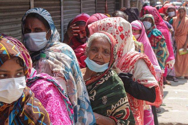 Imagen de archivo de un grupo de mujeres haciendo cola con mascarillas en Bangladesh.