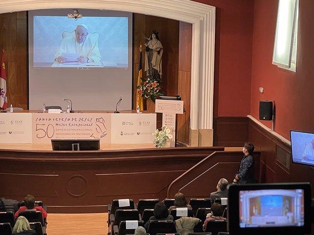 El Papa Francisco participa a través de un vídeomensaje en el congreso sobre Santa Teresa.