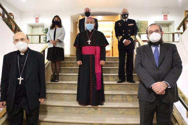 El nuncio Bernardito Auza junto a Alfonso Bullón de Mendoza, presidente de la ACdP y de la Fundación Universitaria San Pablo CEU y al obispo Fidel Herráez,  consiliario Nacional de la Asociación Católica de Propagandistas.