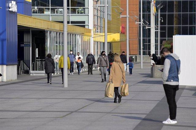 Archivo - Varias personas en la entrada del centro comercial Marineda durante el segundo día de la desescalada en A Coruña, Galicia (España), a 27 de febrero de 2021.