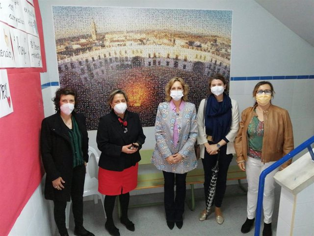 La delegada territorial de Educación y Deporte en Córdoba, Inmaculada Troncoso (centro), en su visita al CEIP Alonso de Aguilar.