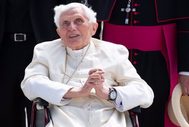 Archivo - FILED - 22 June 2020, Freising: Pope Emeritus Benedict XVI gestures at the Munich Airport before his departure to Rome. Former Pope Benedict travelled to Germany last week to visit his 96 years old brother. Photo: Sven Hoppe/dpa