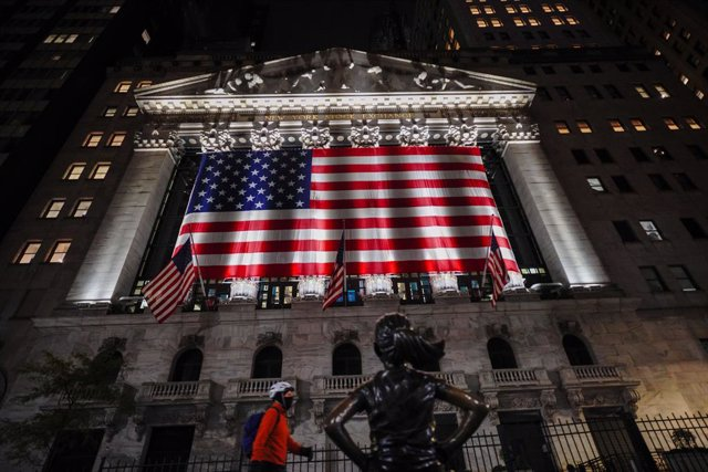 Archivo - 03 November 2020, US, New York: A view of the New York Stock Exchange in Wall Street with US national flag during the 2020 presidential election. Photo: John Nacion/SOPA Images via ZUMA Wire/dpa