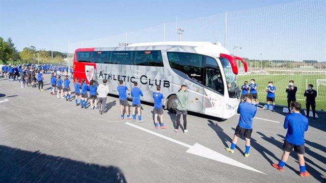 Pasillo de jugadores de las categorías inferiores del Athletic al autobus del primer equipo en Lezama.