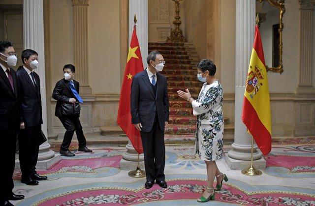 Archivo - La ministra de Asuntos Exteriores, Unión Europea y Cooperación, Arancha González Laya, y el responsable de Relaciones Exteriores del Partido Comunista Chino (PCCh), Yang Jiechi, posan durante su encuentro en el Palacio de Viana, en Madrid (Españ