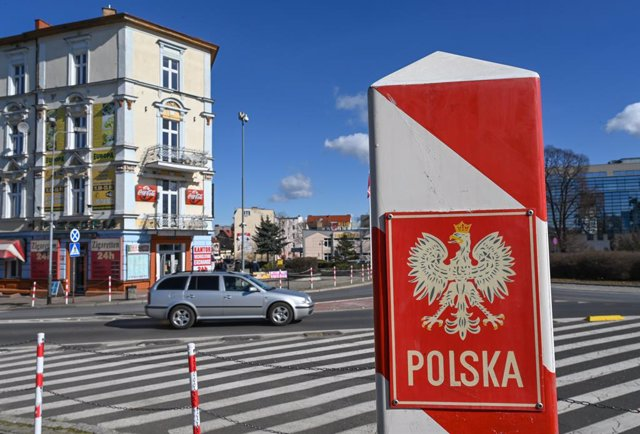 Archivo - 08 March 2021, Brandenburg, Frankfurt_Oder: A border post in Poland's national colours stands near the Stadtbruecke border crossing between Slubice in Poland and Frankfurt (Oder) in Brandenburg, Germany. In light of the rising infection rates in