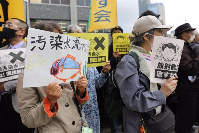 Manifestación en Tokio contra la decisión del Gobierno nipón de verter un millón de toneladas de agua contaminada de la central nuclear de Fukushima al océano Pacífico.